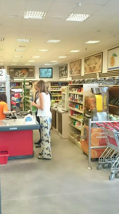 Щракнаха президента и първата дама в кварталния магазин (СНИМКА)