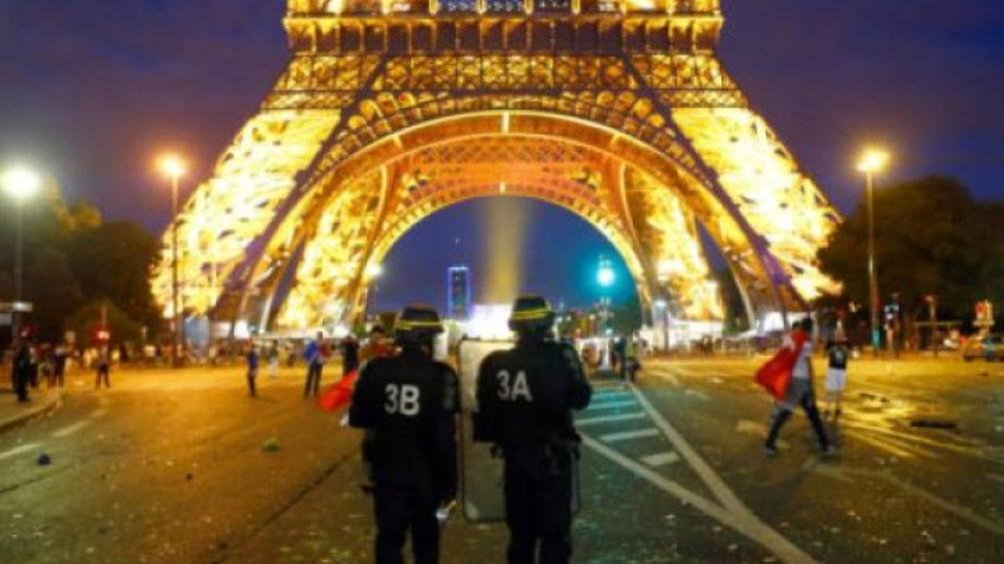 Френската полиция е задържала мъж,въоръжен с нож, който се е