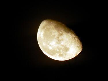 Земята ще скрие част от Луната тази нощ