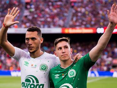 """Феновете на """"Барселона"""" посрещнаха на крака оцелелите от """"Шапекоензе"""""""