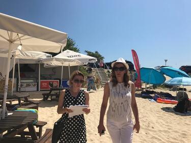 Изпокъсани чадъри на плаж в Равда, Ангелкова разпореди смяна