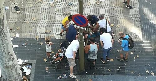 Терор в Барселона! Ван се вряза в туристи, най-малко 14 убити и над 30 ранени (СНИМКИ/ВИДЕО/ДОПЪЛНЕНА)