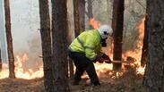 Борбата с пламъците около Кресна ще продължи докато е светло (СНИМКИ)
