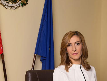 Ето как Ангелкова зарибява чуждите туристи в България (СНИМКИ)