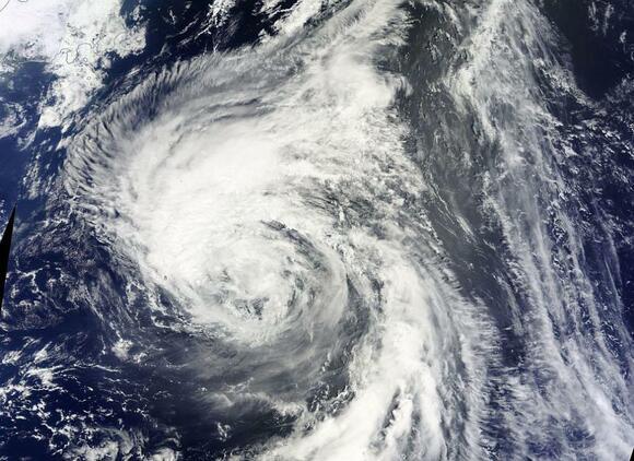 """Тайфунът """"Талим"""" връхлетя Япония, предизвика торнадо и цунами (ВИДЕО)"""