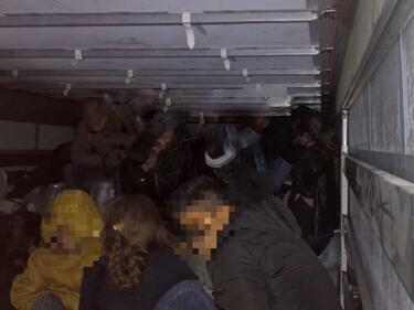 Германската полиция спаси 51 мигранти, натъпкани в камион (СНИМКИ)