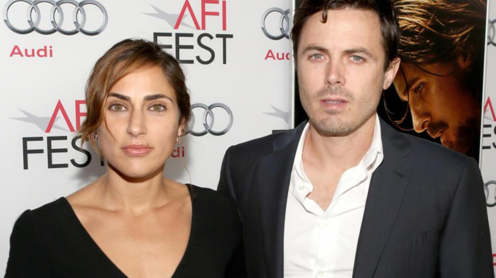 АктьорътКейси Афлек и съпругата му Съмър Финиксвече официално са разведени,
