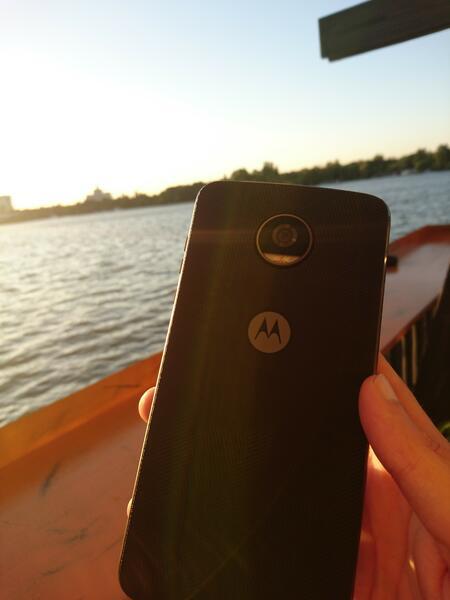 Премиера 2 в 1 за Motorola Z2 Play (СНИМКИ)