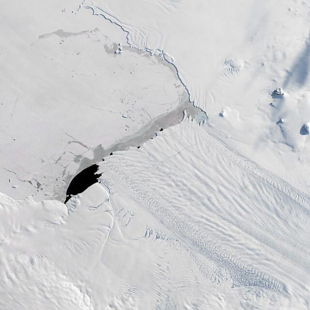 Още един огромен айсберг се отдели от Антарктика (СНИМКА)