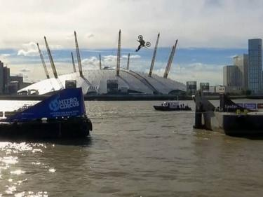 Вижте задно салто във въздуха над Темза (ВИДЕО)