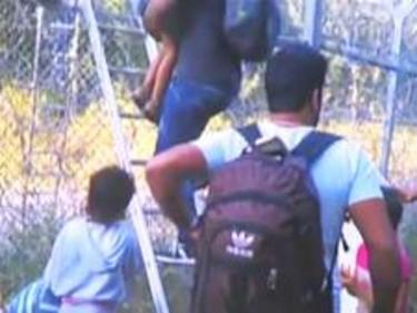 Мигранти спокойно прескачат граничната ни ограда за милиони (ВИДЕО)