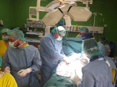 Лекари събраха пари за имплант на пациент