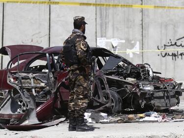 Кола-бомба се вряза във военен конвой в Афганистан
