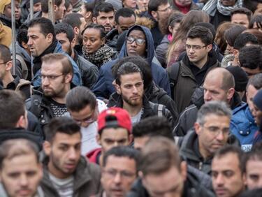 """ЕС сам се натиска да си """"внесе"""" нови 34 000 мигранти"""