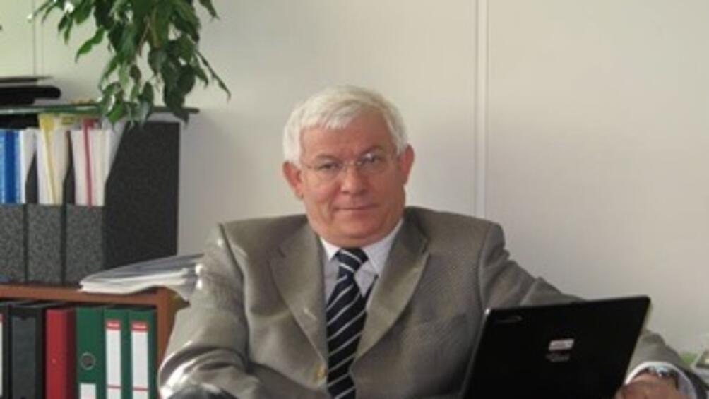 Проф. Янко Янев е роден през 1949 г. Дипломира се