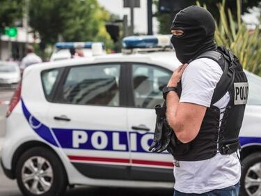 Кола с бежанци се натресе в патрулка в Кале