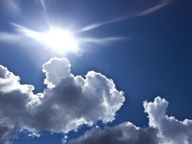 Слънцето ще пробие облаците, ще е топло за сезона