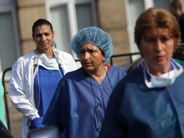 """Медиците от """"Пирогов"""" продължават да протестират"""