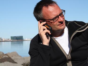 """Използваме смартфоните си като """"спасители"""" в неловки ситуации"""