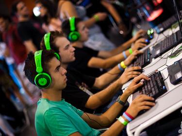 Учени: Щастливите деца седят пред компютъра до час на ден
