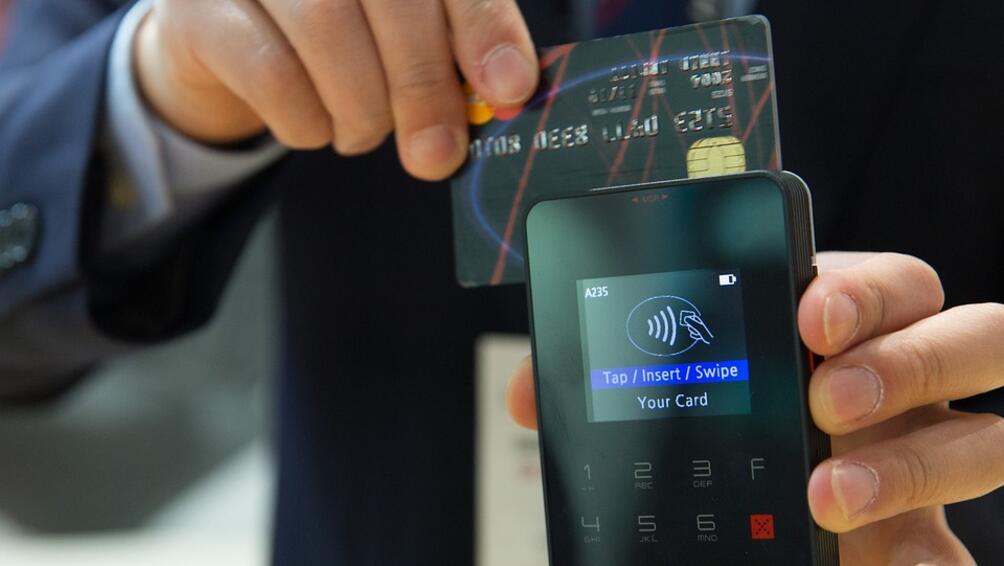 Клиентите на НАП, които притежават банкови карти, вече могат да