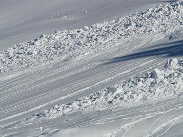 Спасиха сноубордист след лавина в Банско, издирва се още един