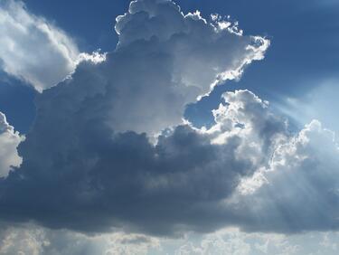 Облачно с валежи преди обяд, на запад ще преминава в слънчево