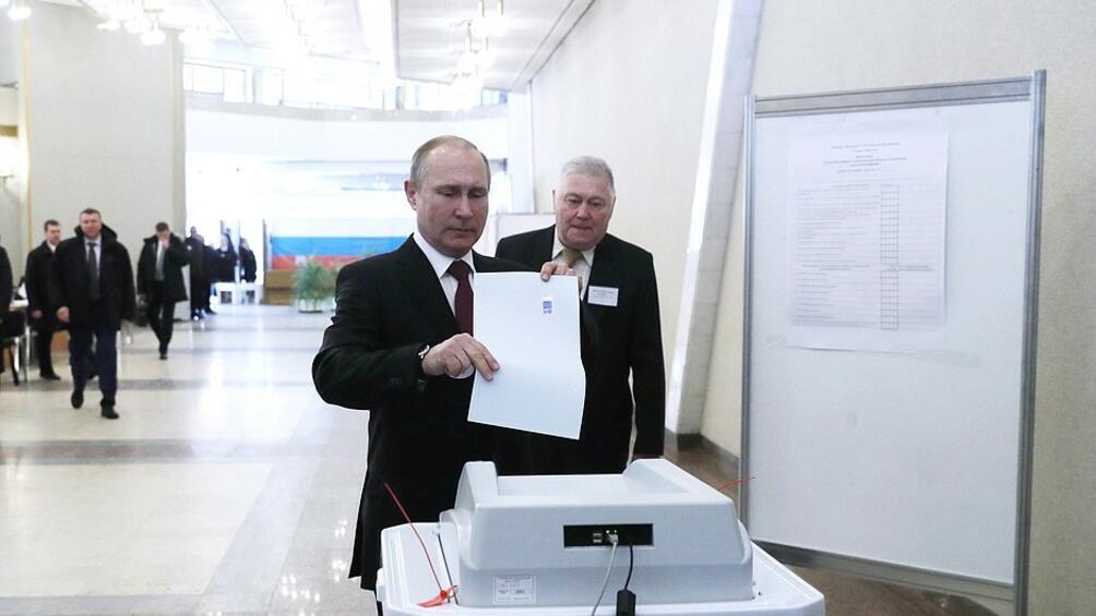 Руският президент Владимир Путин отиде рано до урната и пусна