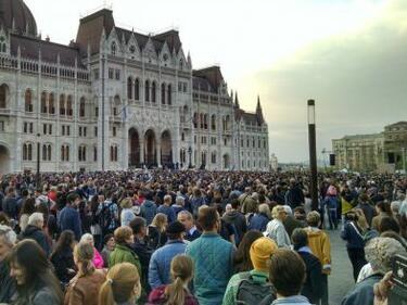 Протести срещу нов мандат на Орбан седмица след избирането му