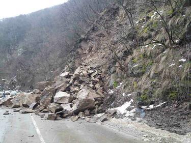 Срутище блокира пътя за Рилския манастир