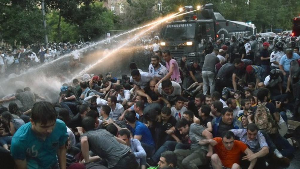 Протестите в Армения стигнаха до опасна граница, пише руският ежедневник. Ситуацията