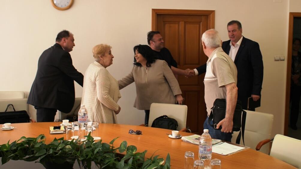 Министърът на енергетиката Теменужка Петкова разговаря с граждани, които протестират