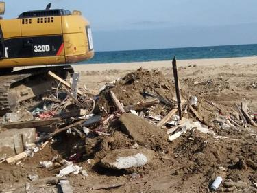 """Събориха основи на незаконен бар на плажа в """"Слънчев бряг"""""""