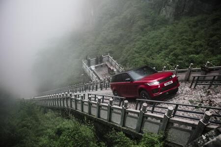 Суперлуксозният SUV, който може да бие Ferrari (СНИМКИ)