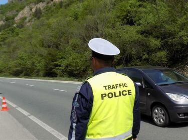 Катастрофа между кола и ТИР затвори пътя София-Варна, има ранен