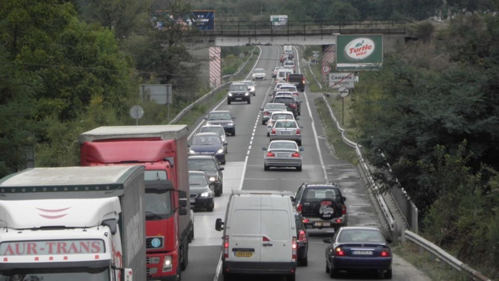 Катастрофа между лек автомобил и румънски ТИР блокира движението около