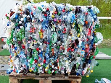 Брюксел забранява пластмасовите чашки и чинийки