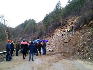 Пътят за Рилския манастир е блокиран от свлачище