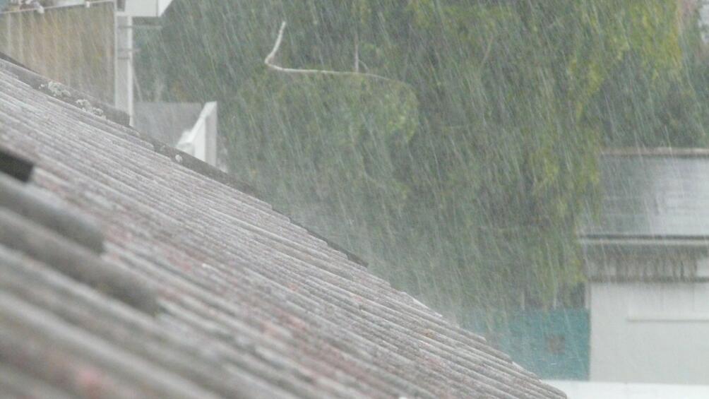 Буря се разрази в София около 15 часа. Силен дъжд,