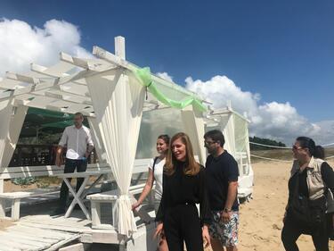 Премахват незаконни обекти от плажа на Шкорпиловци