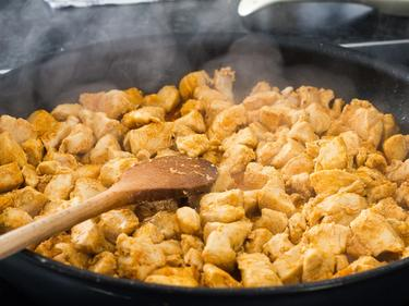 Кой как яде пърженото пиле по света?