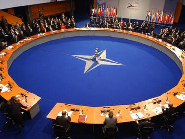 НАТО: Ще поканим Македония за преговори за присъединяване