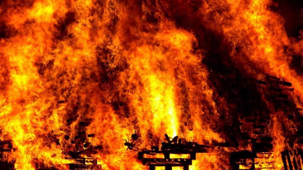 Голям пожар избухна близо до лондонското летище