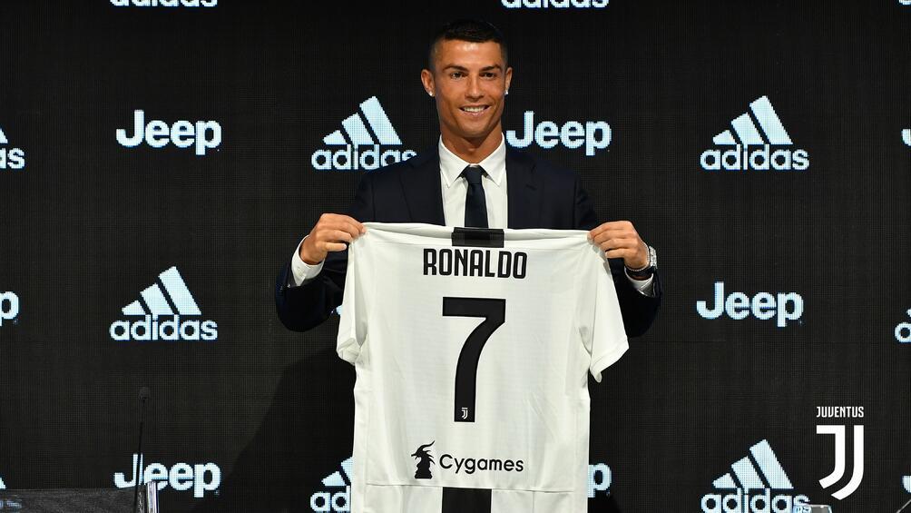 Грандът Ювентус представи официално снощи привлечената мега звезда Кристиано Роналдо.