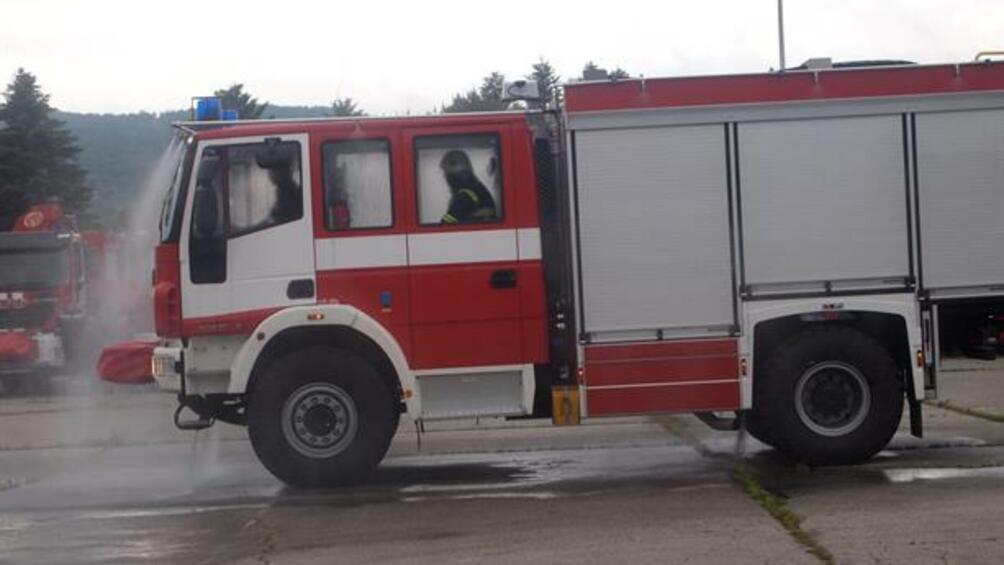 Снимка: Пожар унищожи леки автомобили в гараж в кв.