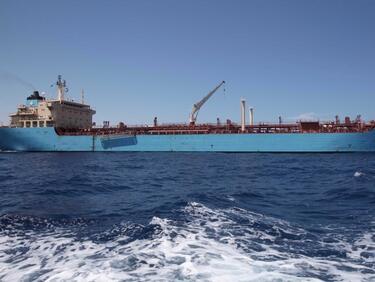 Кораб без екипаж се удари в брега на Мианмар