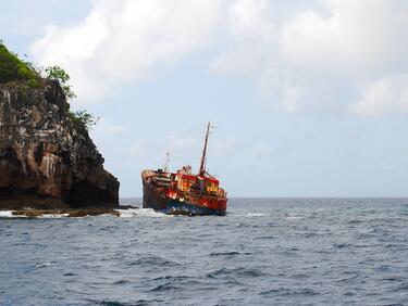 Ферибот се подпали и потъна край Индонезия