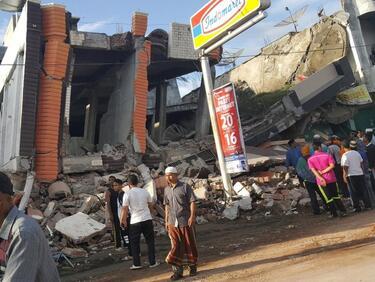 Продължават да се увеличават жертвите в Индонезия