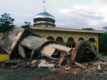 До над 2200 могат да нараснат жертвите на труса и цунамито в Индонезия