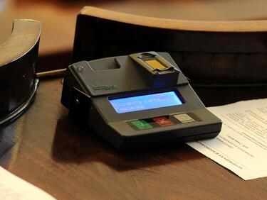 ЕП отменя високите такси за банкови преводи